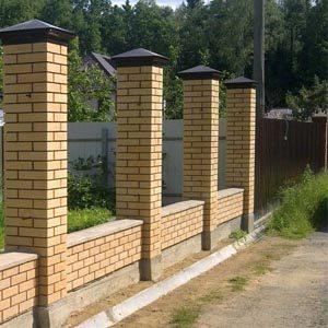 Строим фундамент для забора со столбами из кирпича