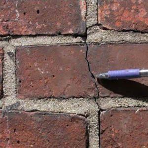 Как и чем заделывать трещины и щели в кирпичной кладке?