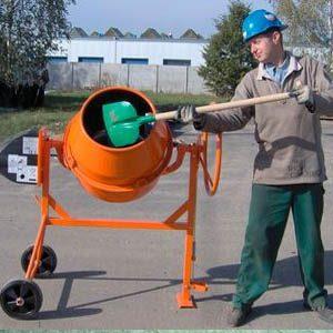 Замешивание бетонного раствора в бетоносмесителе