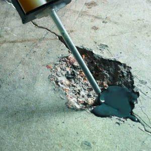 Как и чем заделать дыры в стене из бетона?