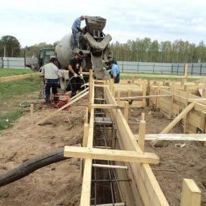Монтаж опалубки для заливки фундамента