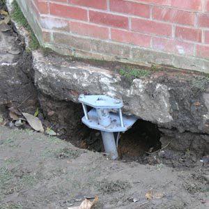 Как фундамент ремонтируют при помощи винтовых свай