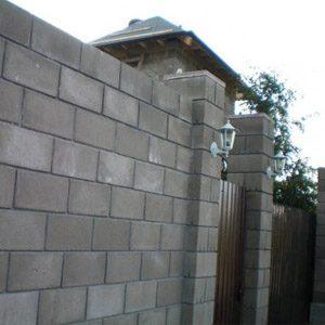 Как построить забор из шлакоблочного кирпича?
