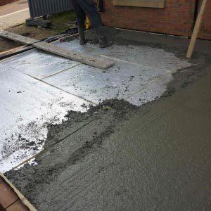 Как самому залить пол бетоном в загородном доме?
